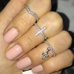 Серебряное кольцо с камнями с крестиком фото