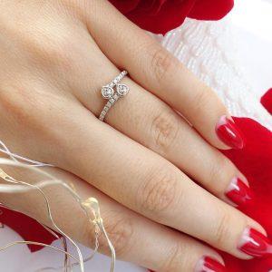 Серебряное кольцо два сердца с камнями фото