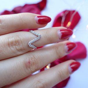 Серебряное фланговое кольцо волна с камнями фото