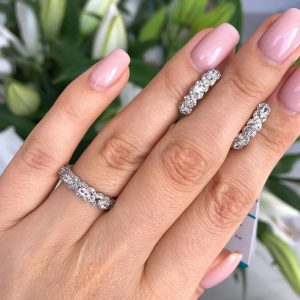 Серебряное кольцо усыпанное цирконами 001.093 фото