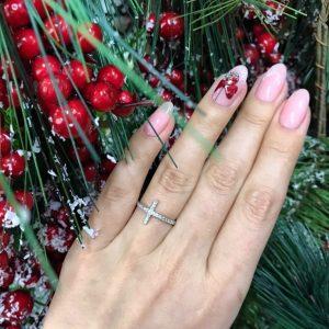 Серебряное кольцо с крестиком фото