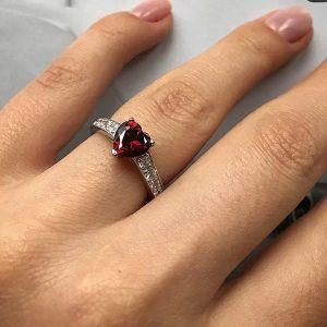 Набор серебряное кольцо и сережки сердце в красном цвете фото