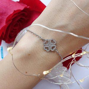 Серебряный браслет с клевером с камнями фото