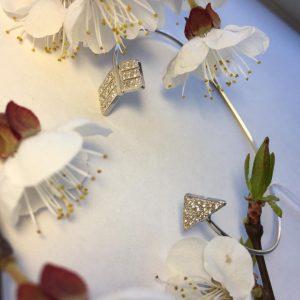 Серебряный браслет стрела с камнями фото