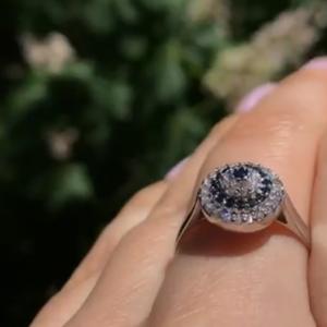 Серебряное кольцо пирамидка с камнями фото