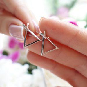 Серебряный треугольные серьги трансформеры с буковкой V без камней фото