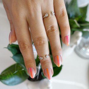 Серебряное кольцо с разрезом с камнями фото